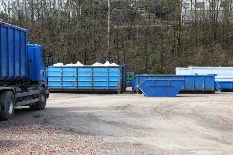 Jak przepisy prawa regulują obowiązek wywozu odpadów